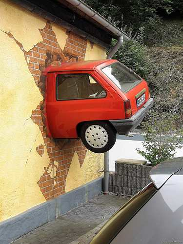Auto kracht in die Wand